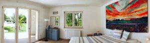 Overview of the pool-house bedroom. Vista 180 gradi della camera da letto. 180 Grad-Sicht des Schlafzimmers.
