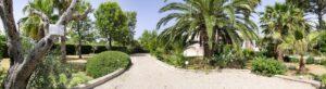 Entrance to the Villa and parking. Entrata e parcheggio. Eingang und Parkplatz
