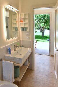 Modern Bathroom. Bagno moderno con vista. Modernes Badezimmer mit Aussicht