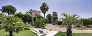 Garden-Jacuzzi. Giardino con idromassaggio. Garten mit Sprudelbad.