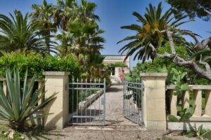 Gate to the Villa Sirgole Rosa. il cancello alla casa. Gartentor zur Villa Sirgole Rosa