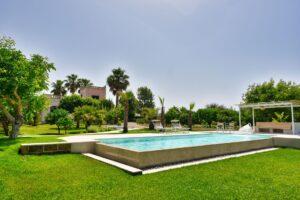 Pool surrounding. Intorno la piscina. Die Schwimmbad-Umgebung
