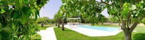 Poolzone and a portion of the garden. Zona piscina e parte del giardino. Schwimmbadzone und Teil des Gartens